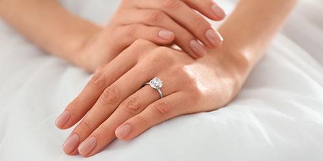 ¿En qué mano y en qué dedo se pone el anillo de compromiso?