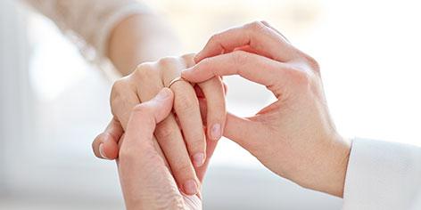 ¿En qué mano se pone el anillo de casado según la tradición?